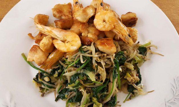 Frigideira de frango e camarão com legumes salteados