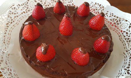 Bolo de chocolate e morangos