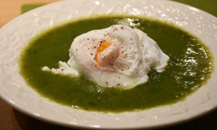 Caldo verde de acelgas com ovo escalfado
