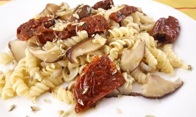 Fusilis com cogumelos no wok
