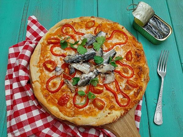 Pizza de sardinha com pimentos e tomate